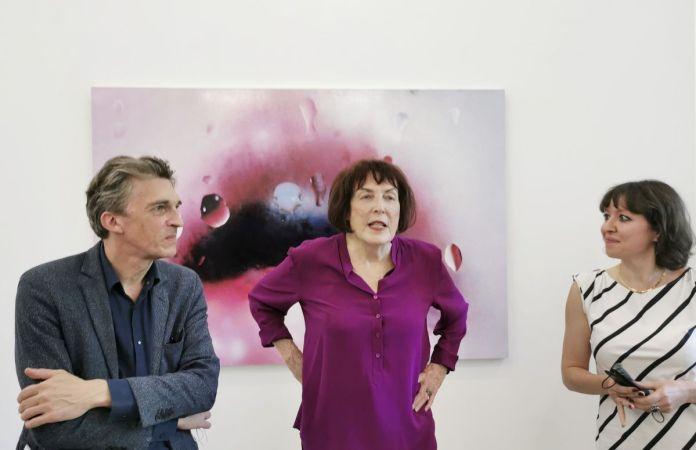 Nicolas Bourriaud, Marilyn Minter et Anya Harrison dans l'exposition de Marilyn Minter - All Wet au MOCO Panacée