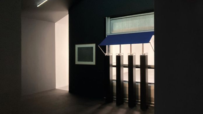 Jean Prouvé, Brice Marden et Loris Gréaud - Vue de l'exposition Brocoli - Loris Gréaud + Yvon Lambert © Loris Gréaud, Gréaudstudio Photo Realism Noir