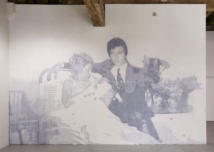 Pascal Navarro, Beauté Club - La maternité, 2021. Inscription murale, encre noire et peinture acrylique blanche sur mur, 541 x 450 cm. Memories Still Green - Vidéochroniques - Photo prise le 1er juillet 2021