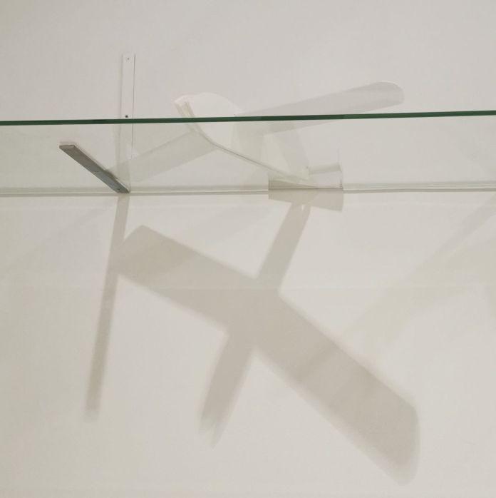 Suzanne Hetzel, Construction-ombres, 2021. Maquettes en carton plume à partir des plans de la revue Système D, verre. 980 x 30 x cm. Memories Still Green - Vidéochroniques