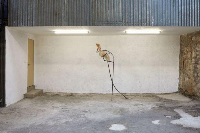 Vue de Shout, Sister, Shout! Exposition personnelle de Mégane Brauer, La Rose, Marseille, 2021.Jesse Darling, Armes blanches, 2017. Courtesy de l'artiste. Photo © Jean Christophe Lett