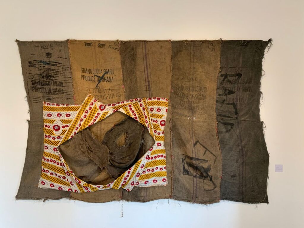 Ibrahim MAHAMA - Rafia EB X, 2016. Sacs de charbon avec marques et tissus. 210 x 310 cm. Collection Zinsou. Courtesy Fondation Zinsou - photo © Fondation Zinsou
