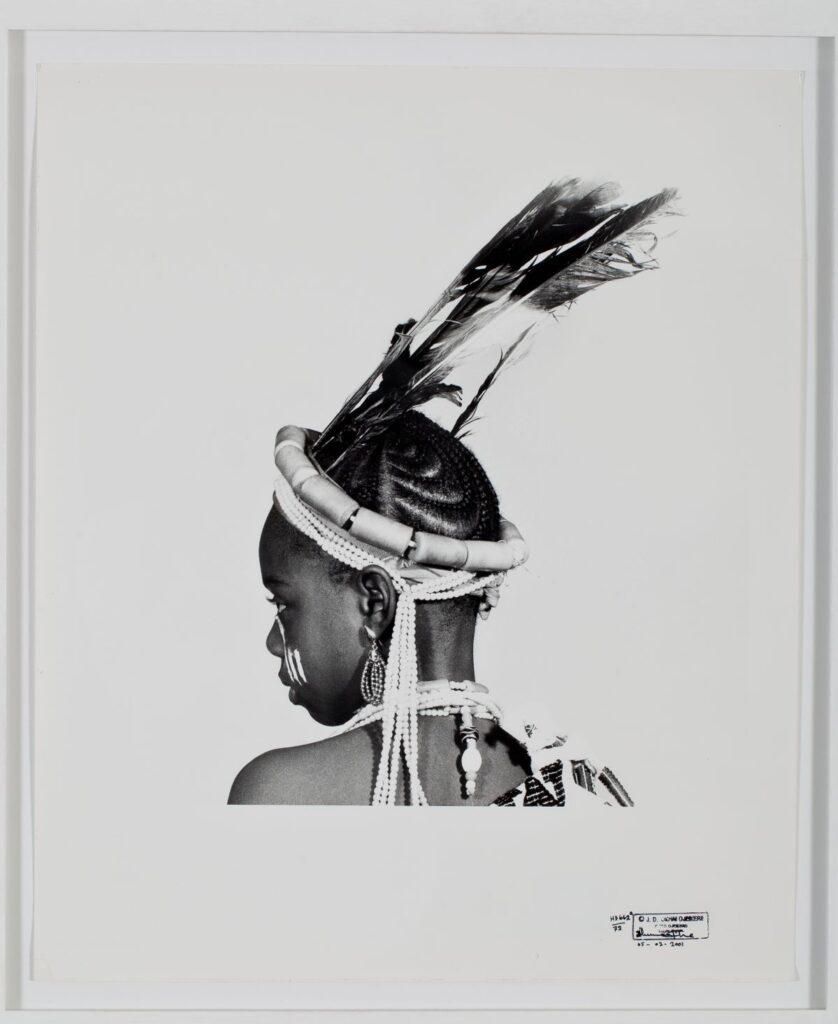 J. D. 'Okhai OJEIKERE - Oluweri Headdress, 1972. Série Hairstyles. Tirage argentique sur papier baryté. 72,5 x 62,5 cm. Collection Zinsou. Courtesy Fondation Zinsou - photo © Jean-Dominique B