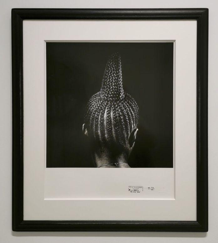 J. D. 'Okhai Ojeikere - Modern Suku, 1979 - Série Hairstyles - Identité et Mémoire - Cosmogonies - Zinsou, une collection africaine au MOCO-Hôtel des collections