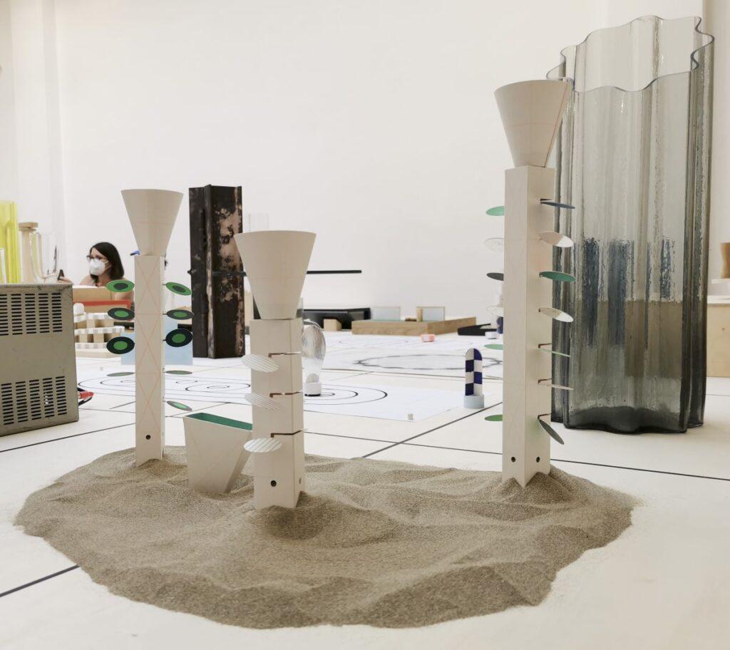 Marion Pinaffo & Raphaël Pluvinage - Papier Machine N°2, jouets E, 2021 - Pirouettes au Studio Fotokino – Marseille