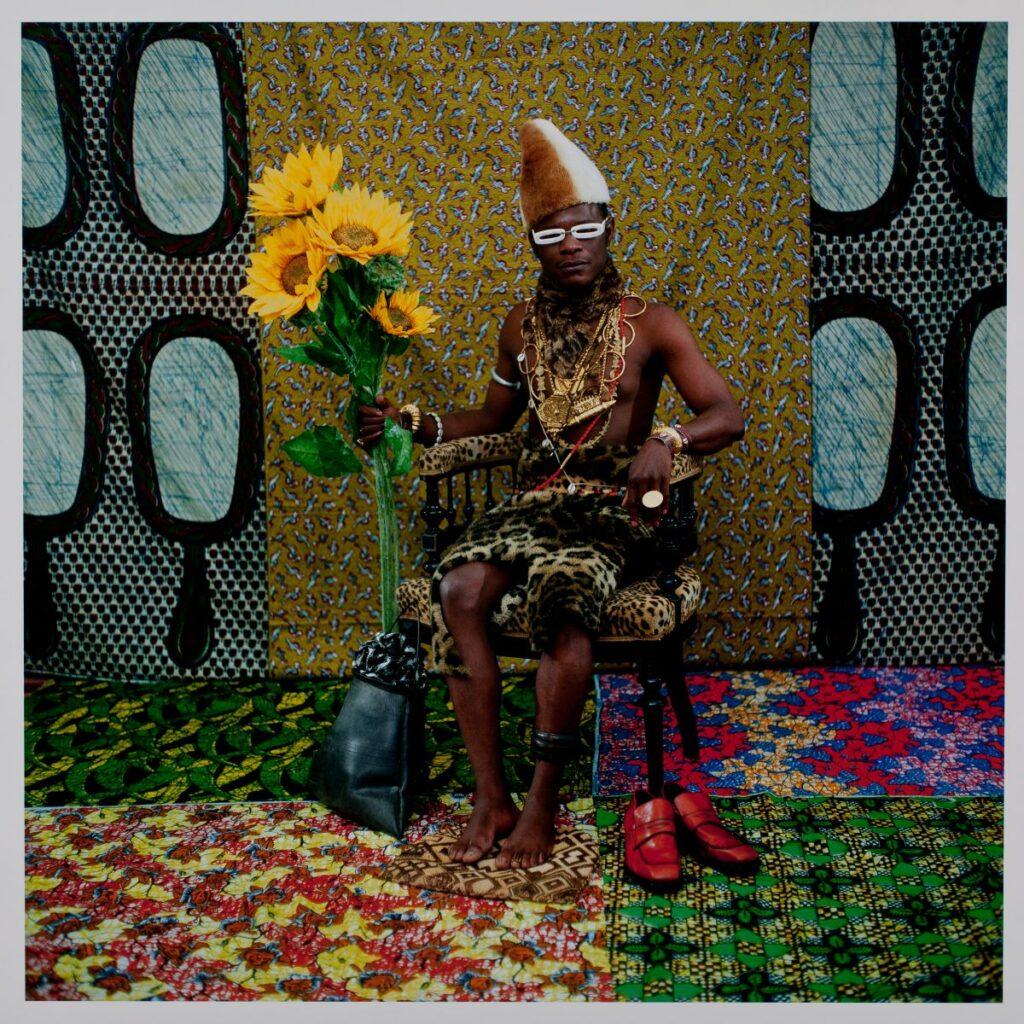 Samuel FOSSO - Le chef (qui a vendu l'Afrique aux colons), 1997. Série Tati. Tirage couleur C-print sur papier. 102 x 102 cm. Collection Zinsou. Courtesy Fondation Zinsou - photo © Jean-Domi