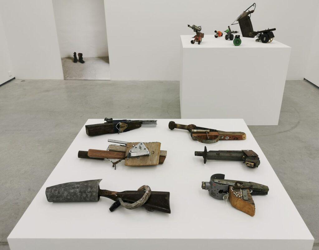 Daniel Dezeuze - Armes (de poing), 1987-1988 et Armes (canons de table), 1987 - SOL ! La biennale du territoire au MOCO Panacée