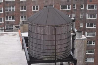 Traditionnelle citerne d'eau sur le toit d'un gratte-ciel