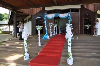 Jour de mariage à Port Vila, entrée de la cathédrale