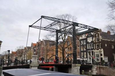 Pont à bascule sur un canal