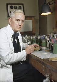 Alexander Fleming y el descubrimiento de la penicilina por accidente.