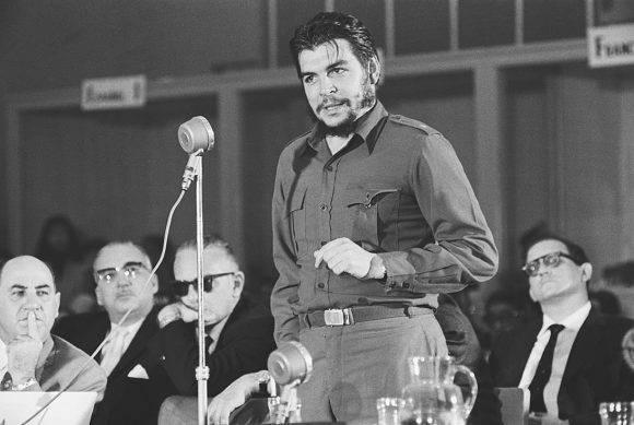 El Che continúa aquí con nosotros, alumbrándonos el camino…!!!