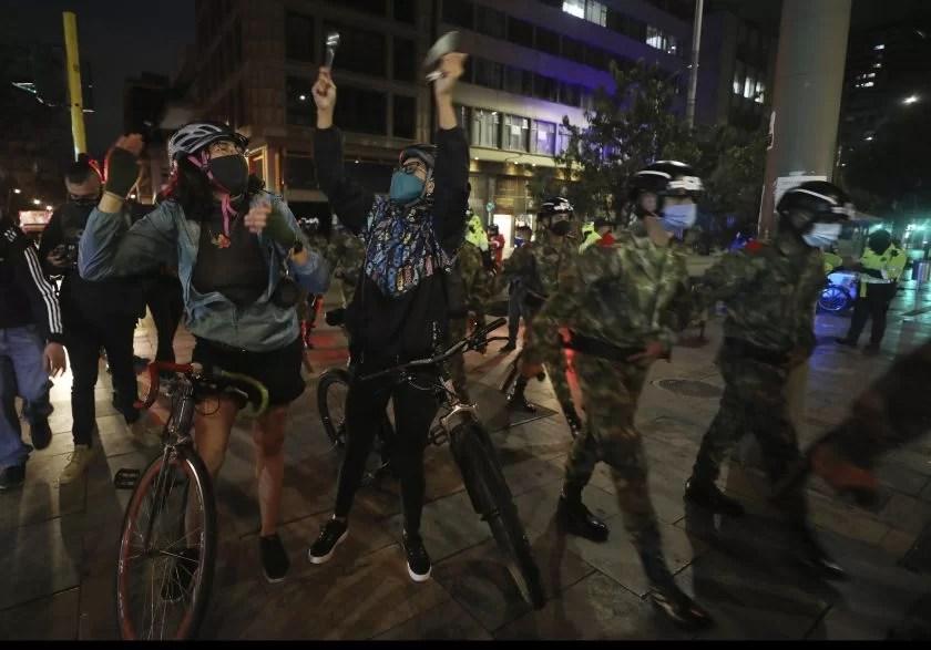 Colombianos celebraron con cacerola en mano la orden de casa por cárcel para Uribe