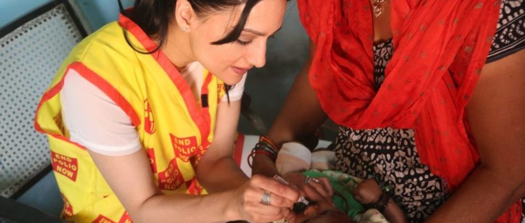 Archie Panjabi immunizes children in India in the fight to end polio