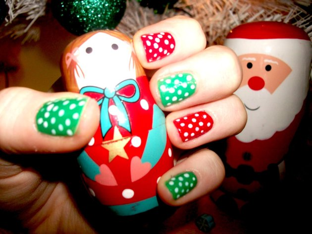 Red and green pokka dots Xmas nails