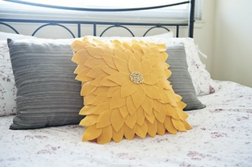 diy-felt-sunflower-pillow