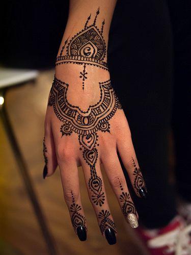 morrocan back hand henna design
