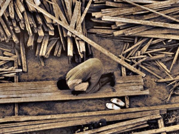 a labour praying namaz to Allah