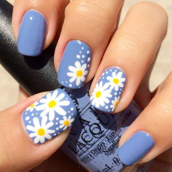 blue nails with white daisy flowers for summer