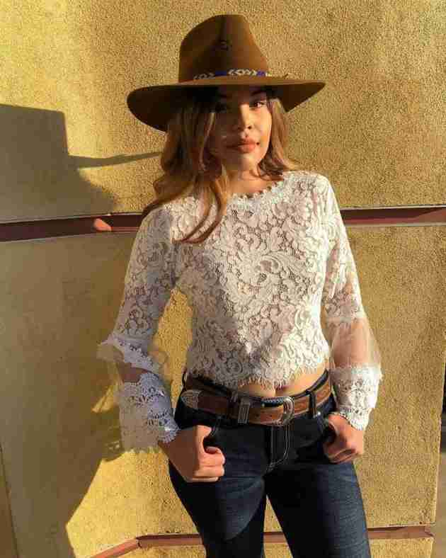 lace top with brown hat and jeans cowgirl outfit idea