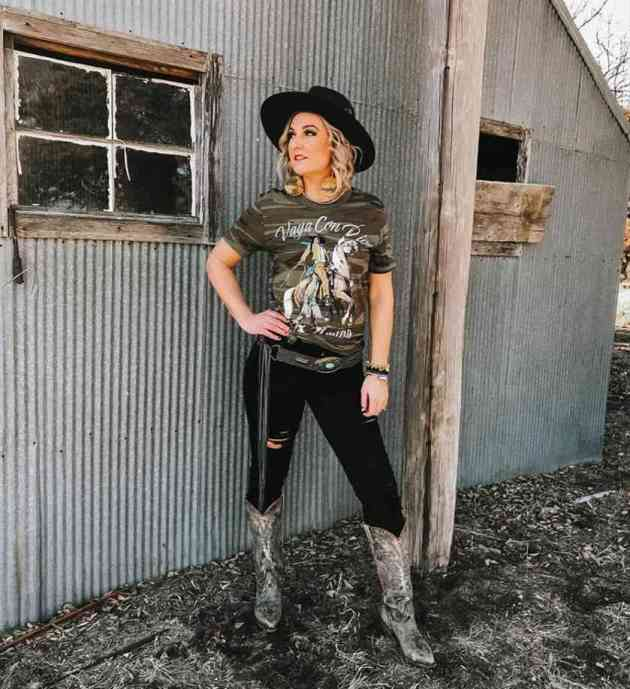 t-shirt with ripped black pant and hat cowgirl outfit idea