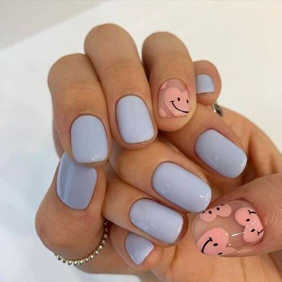 azul mate con rosa cara feliz corazón uñas desnudas para agosto