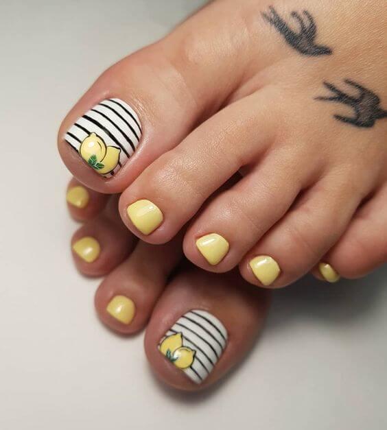 arte de uñas de rayas mate de final de verano para agosto
