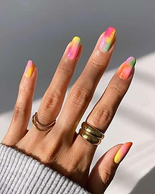 uñas de arco iris para terminar el verano