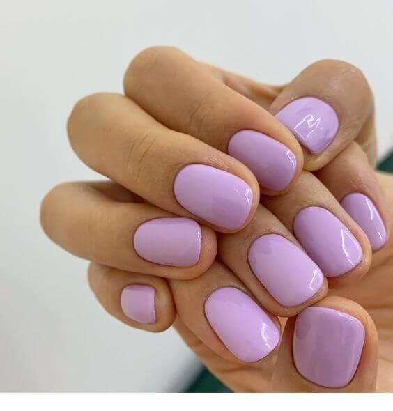 uñas bastante cortas lisas de color lila para el mes de agosto