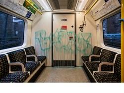 Banksy 'raya' el metro de Londres; alude al Covid-19
