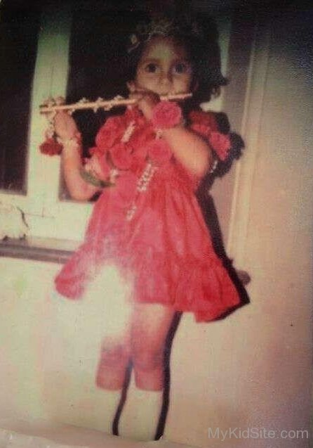 Anusha Dandekar childhood photo one at Mykidsite.com
