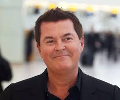 Simon Fuller - eine cooler, gemütlicher,  Berühmtheit aus England im Jahr 2020