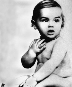 Alain Delon, foto de infância dois em pinterest.com