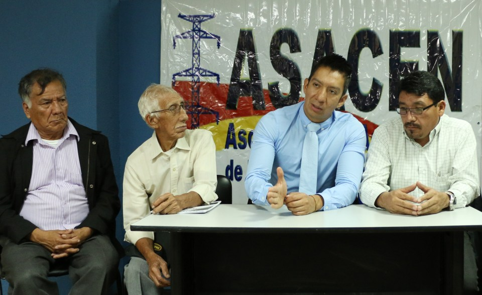 Members of the Energuate Holdings Shareholders' Association (Asacen) speak with EntreMundos in Guatemala City. Speaking is Acasen president José Kelvin Coti. To his right, retired INDE workers. To his left, vice president David López. Photo by Patricia Macías.