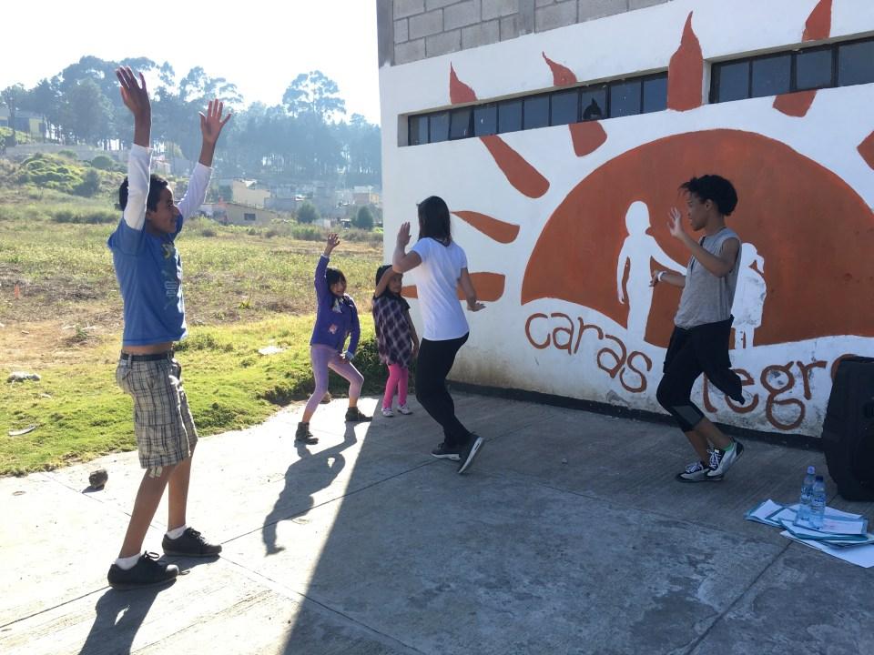 Foto por Nicole Tse. Christina y unos de los niños bailan durante el tiempo libre.