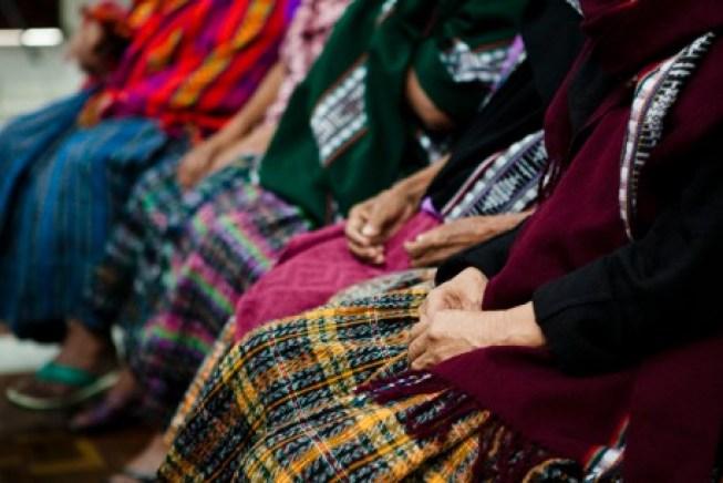 """Mujeres Maya Q'eqchí sobrevivientes de violencia sexual durante el enfrentamiento armado interno en el Tribunal """"A"""" de Riesgo Mayor durante el veredicto del caso Zepur Zarco. Foto: Caroline Trutmann para PNUD Guatemala."""