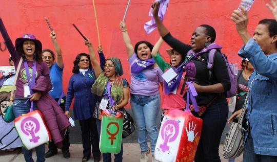Sandra Moran (al fondo a la izquierda) durante una protesta feminista. Foto: Facebook / Sandra Morán