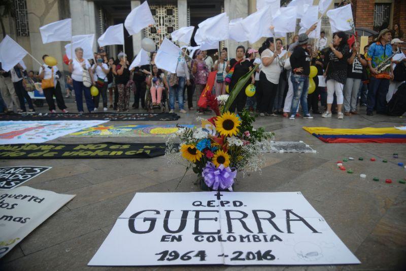 Celebración en la plaza Botero de medellín de la firma del cese al fuego entre el gobierno colombiano y las FARC en la Habana el 23 de Junio de 2016. AFP Photo/Raul Arboleda