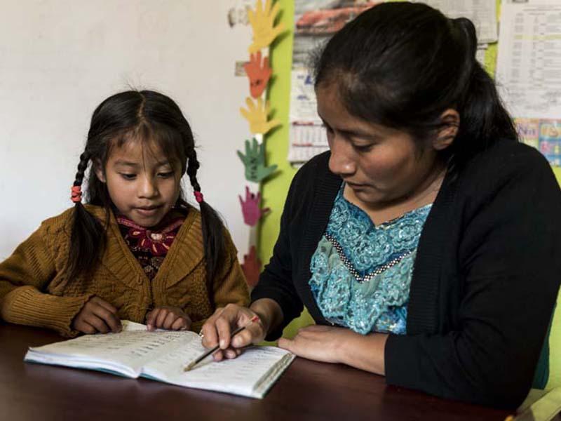 profesora-y-nina-maya-guatemala