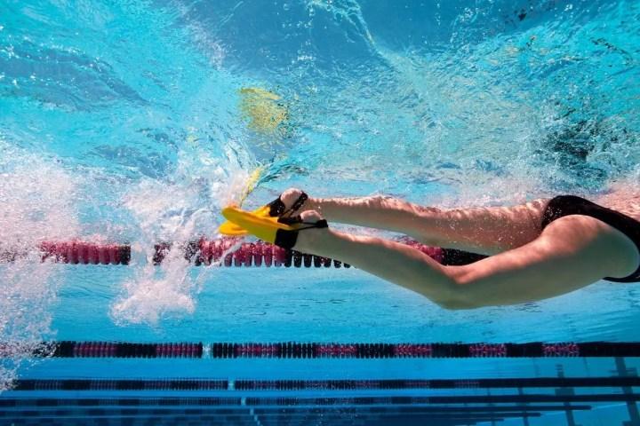 Nadar con aletas resta peso corporal