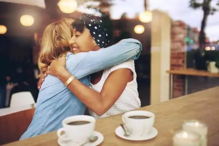 Escuchar con afecto a otra persona te hará más carismático