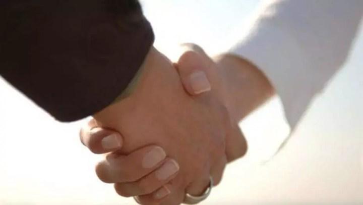 Cómo dar un apretón de manos para una buena impresión