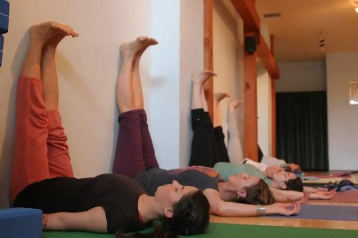 La pose del viparita karani alivia el cansancio de pies
