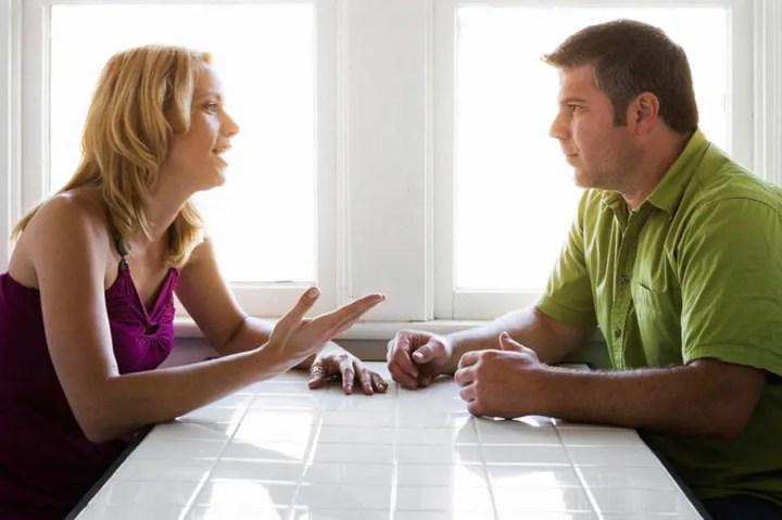 Usar palabras emocionalmente inteligentes para hacer críticas constructivas