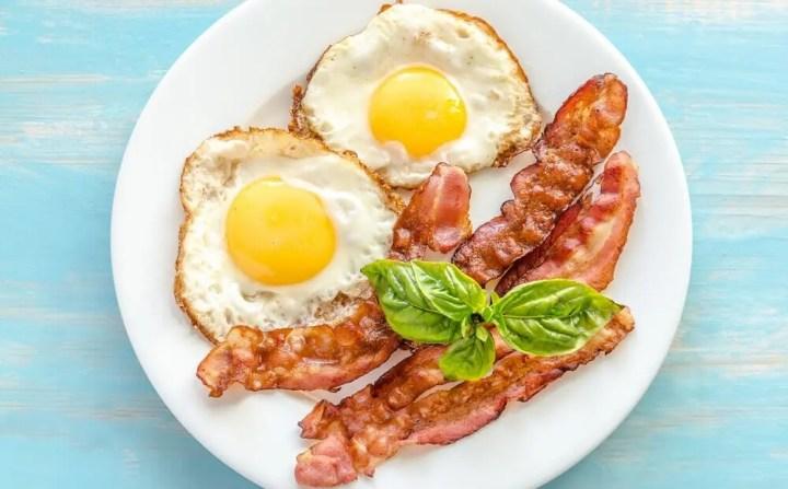 ¿Los huevos con tocino son saludables?