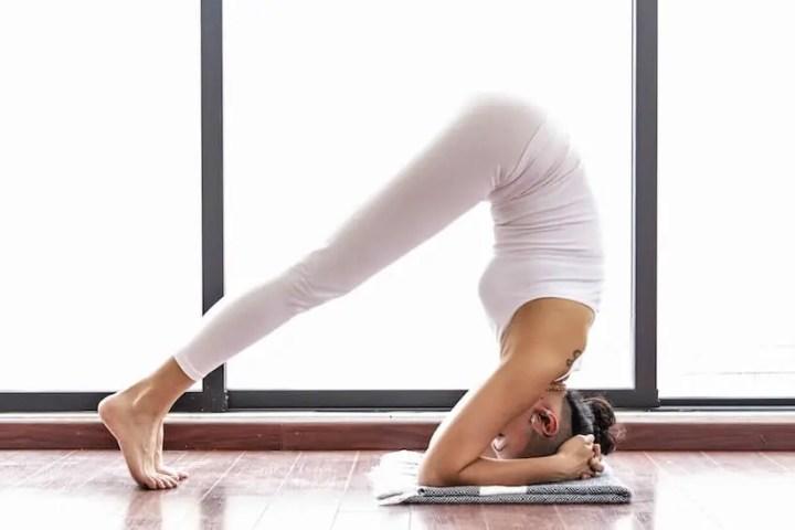 Pose del yoga del delfín para quemar calorías