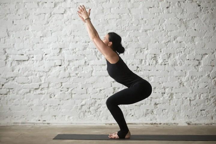 Posición de silla de yoga para quemar calorías