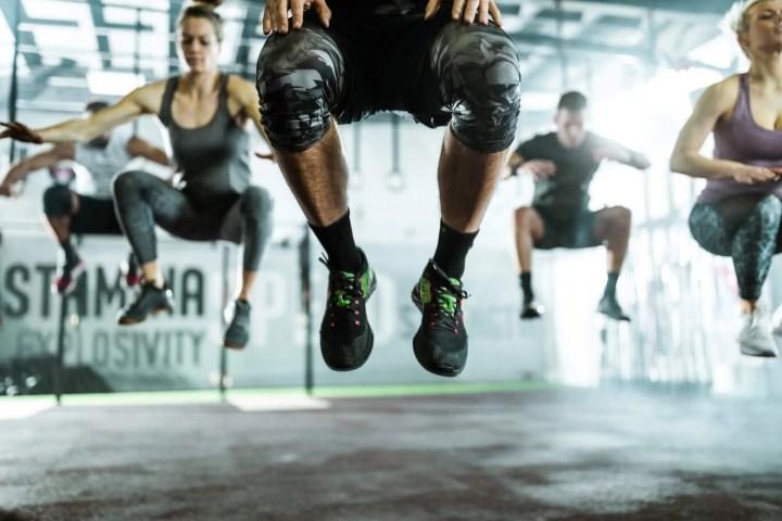 Ejercicio de tuck jump para antes de correr