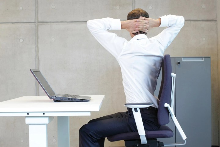 Poses de yoga que puedes ejecutar desde silla de trabajo