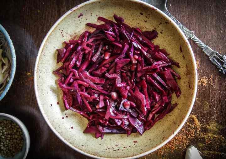 Receta de ensalada de col roja con granada